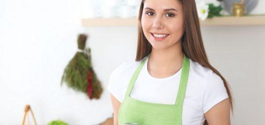 Kobieta gotuje obiad